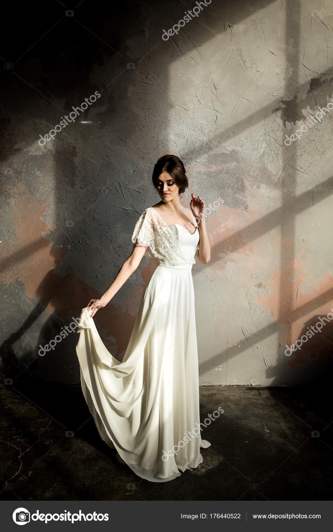Hochzeit Portrait Schöne Braut Weißen Kleid Posiert Zimmer Mit ...