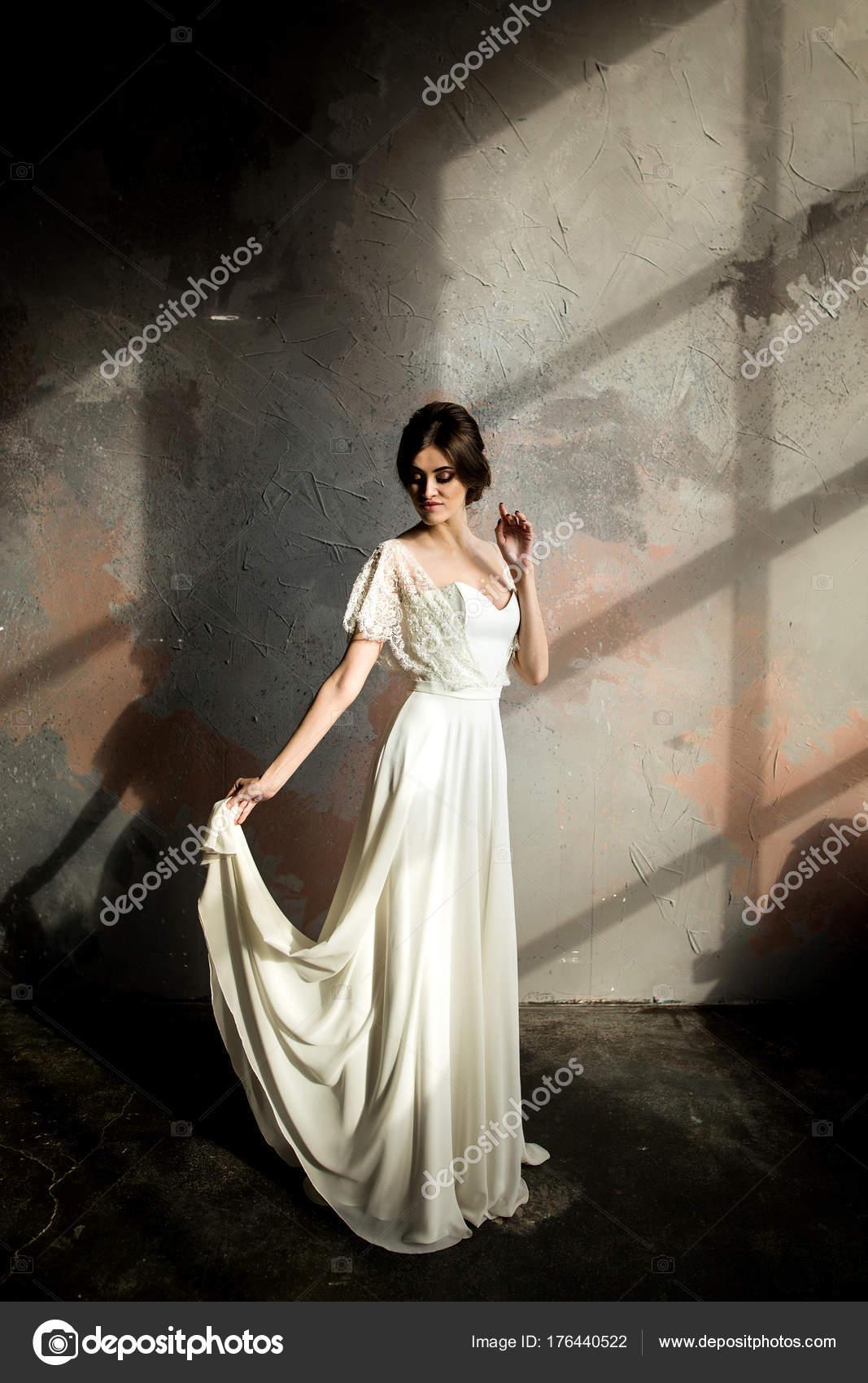 Witte Jurk Op Een Bruiloft.Bruiloft Portret Van Mooie Bruid Witte Jurk Poseren Kamer Met