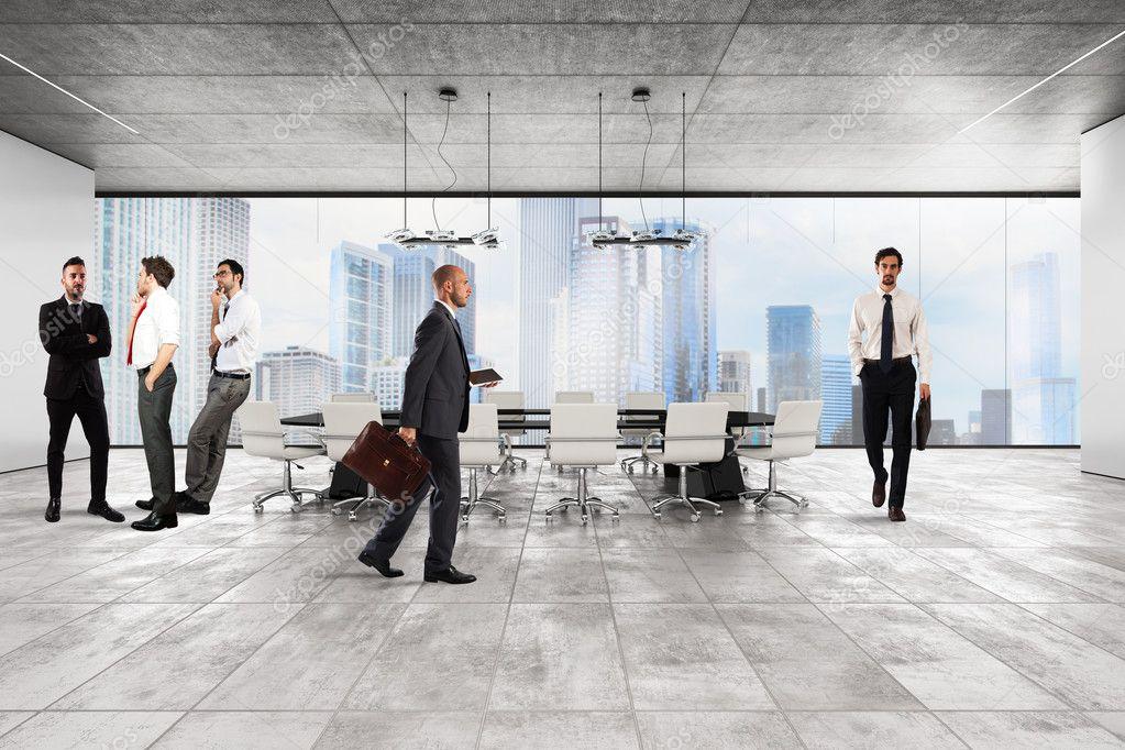 Hommes d affaires dans le bureau de direction de luxe