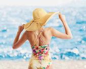 Dívka na pláži s jasné moře