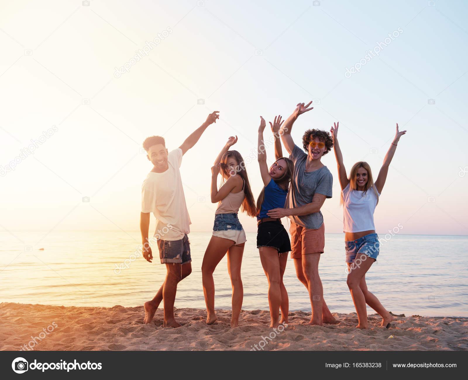 Fotos Grupos De Amigos Grupo De Amigos Divirtiéndose En La Playa