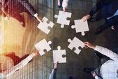 Üzleti ember, együtt dolgoznak, hogy építsenek egy nagy puzzle. A csapatmunka, partnerség, integráció és elkezd koncepció.