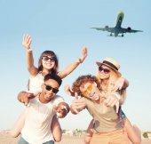 Fotografia Sorridere felice coppie che giocano sulla spiaggia con velivoli nel cielo
