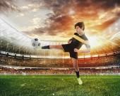 Fotografie Fotbalové scéně s konkurenčními mladých fotbalistů na stadionu