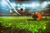 Nahaufnahme einer Fußball-Action-Szene mit konkurrierenden Fußballern im Stadion während eines Nachtspiels