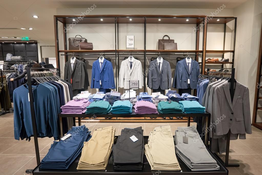 8e208478b Hong Kong - cerca de janeiro de 2016  Dentro de loja Zara no shopping  center em Hong Kong. Zara é um varejista de roupas e acessórios espanhol  baseado em ...