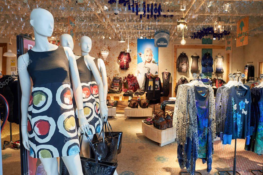 komplettes Angebot an Artikeln Farbbrillanz beste Seite Desigual store at Barcelona Airport – Stock Editorial Photo ...