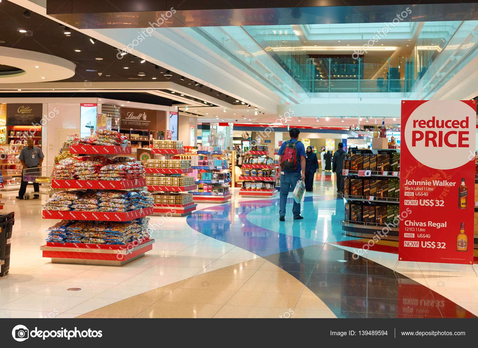 Stands with goods in duty free – Stock Editorial Photo