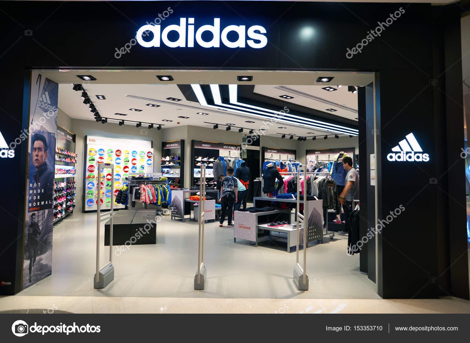 3b25a9c27d5fc Loja Adidas em Hong Kong — Fotografia de Stock Editorial © teamtime ...