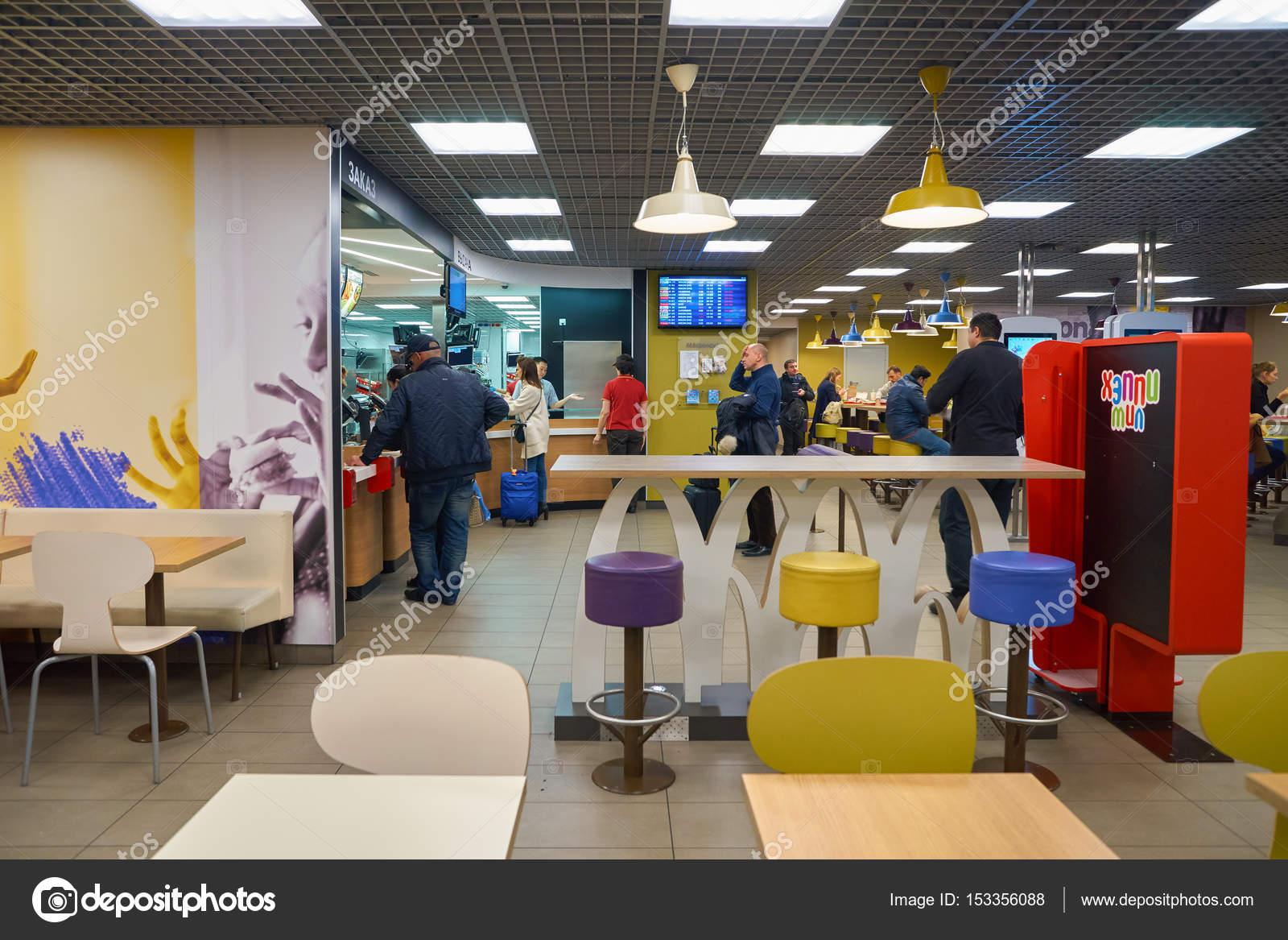 Mcdonald\'s-Restaurant — Redaktionelles Stockfoto © teamtime #153356088