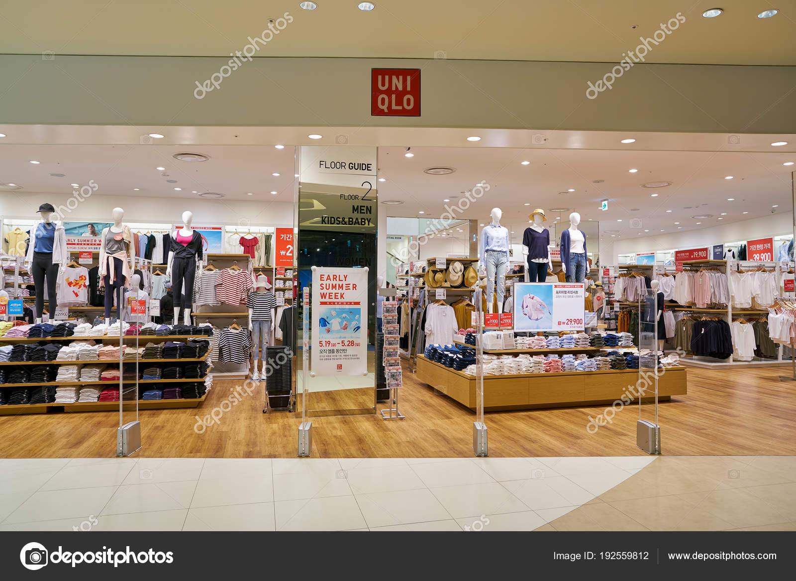 252bf0f0d982 Jižní Korea Pusan Května 2017 Zblízka Uniqlo Obchod Znamení Lotte ...