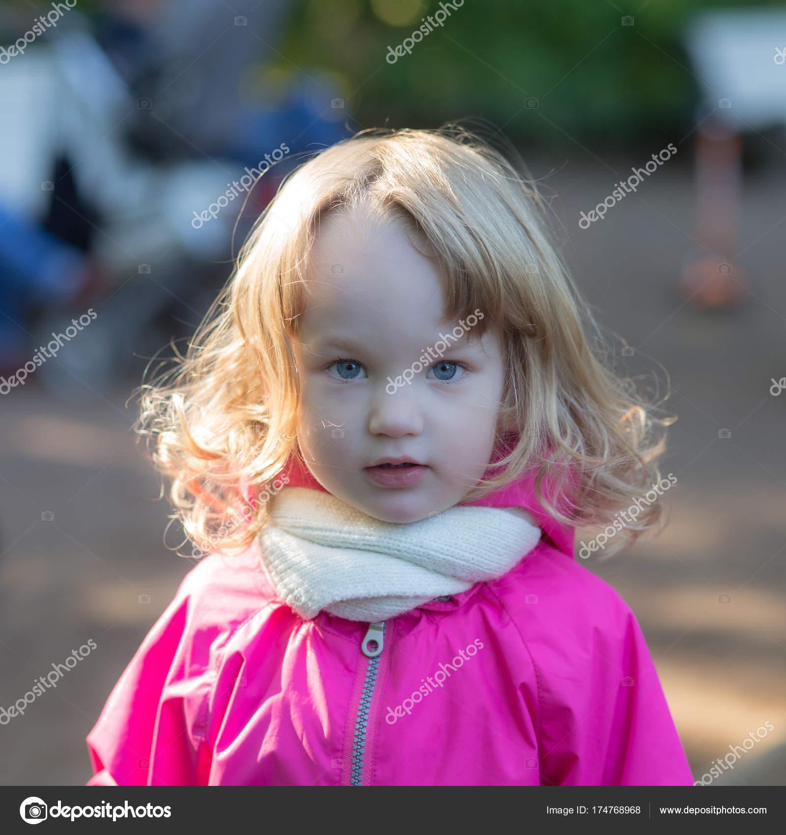 Kleines Mädchen Mit Blonden Haaren Stockfoto Argument
