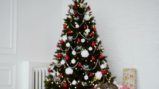 Familie rund um den Weihnachtsbaum. Neujahrsferien