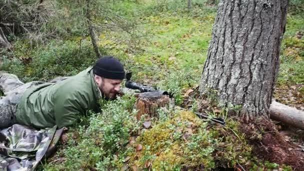Vadász ember lő a fegyver