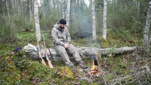 Vadász az erdőben tüzet ember