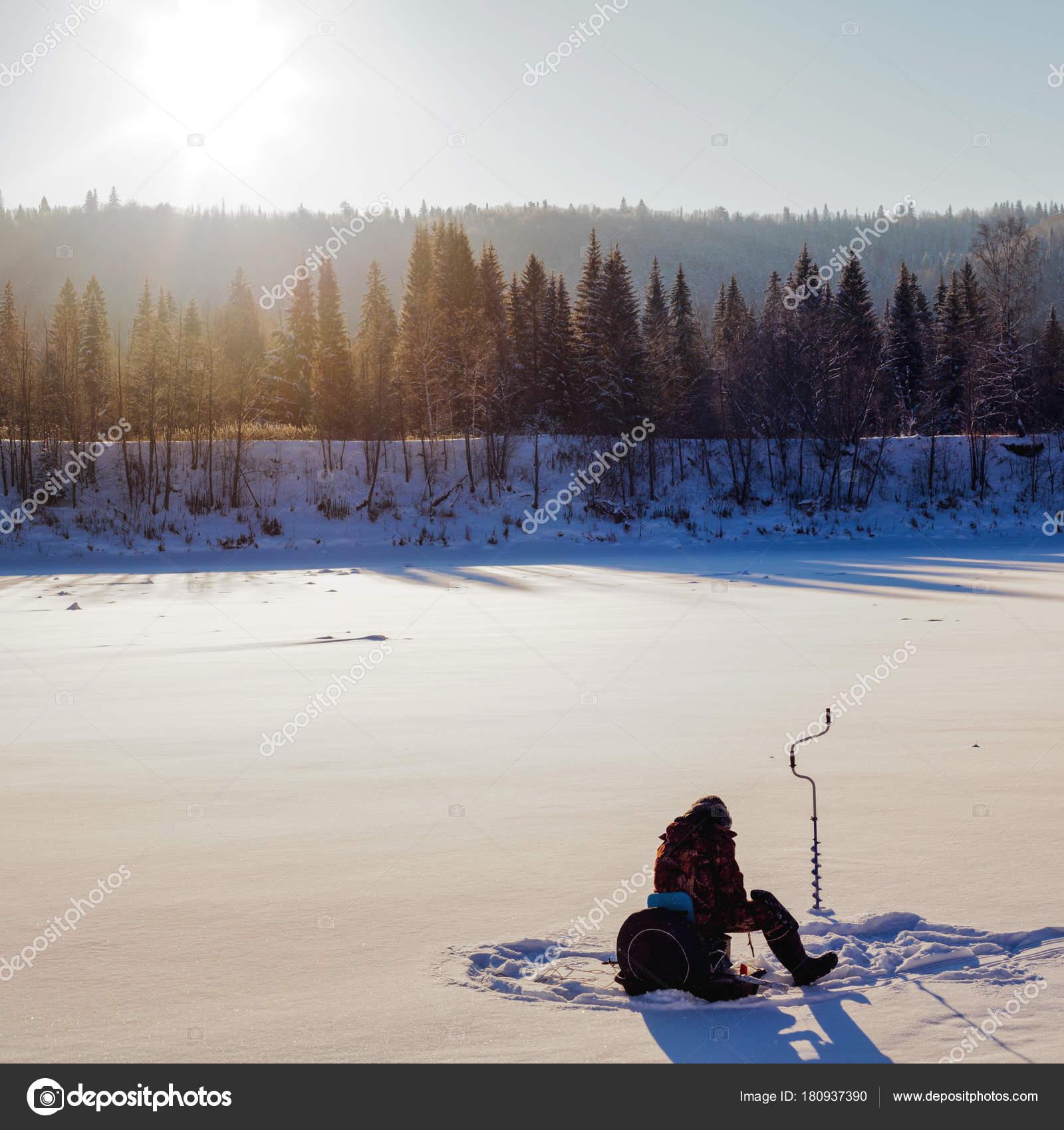 f1db5016b9 Χειμερινό Ψάρεμα Πάγου Ψαράς Ψάρεμα Χειμώνα Στον Ποταμό — Φωτογραφία Αρχείου