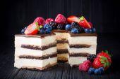 Fotografie Leckeren Kuchen mit Obst und Beeren auf Holztisch
