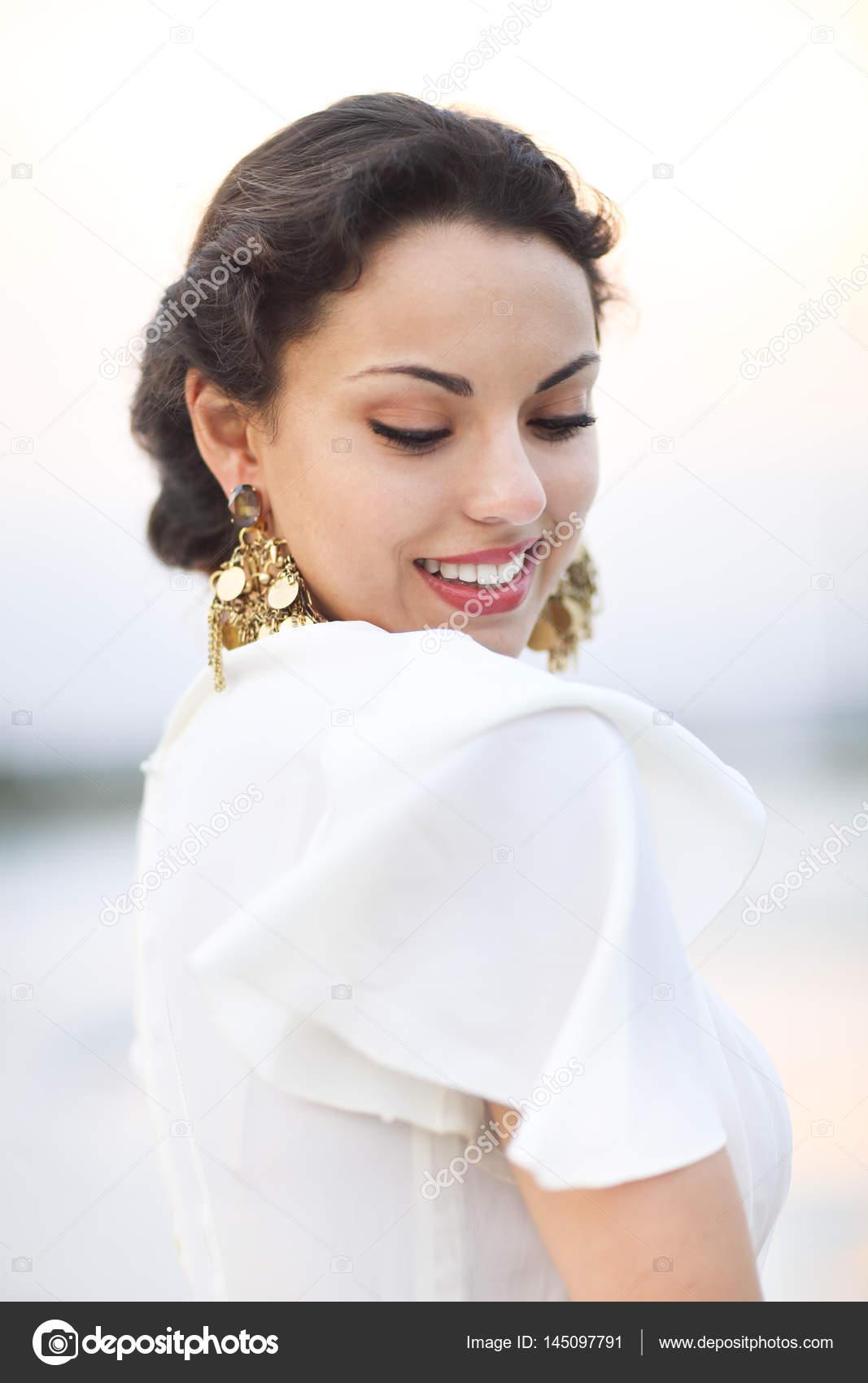 Porträt junge Braut mit brünette Haare im weißen Hochzeitskleid ein ...