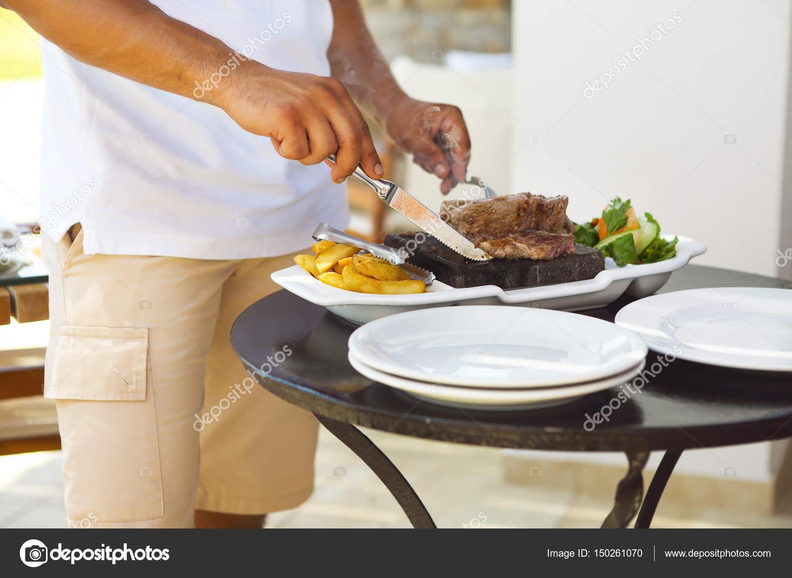 Hombre cocina beaf steak en piedra caliente — Fotos de Stock ...