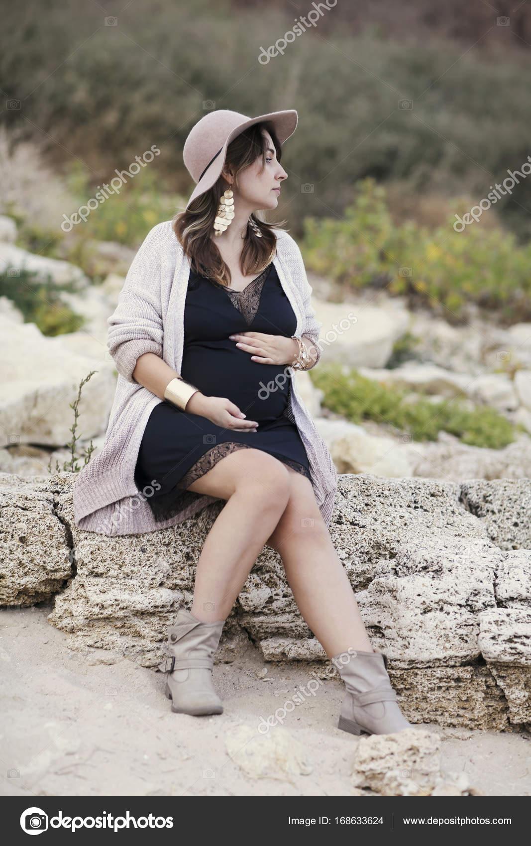 a7aa0b1548 Moda mujer embarazada en negro vestido y sombrero al aire libre - embarazada  vestida de vaquera — Foto de ...