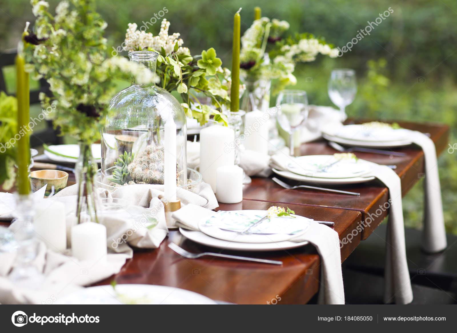 Vyzdoba Svatebni Tabule S Kristalove Vazy Kvetiny A Otruby Stock