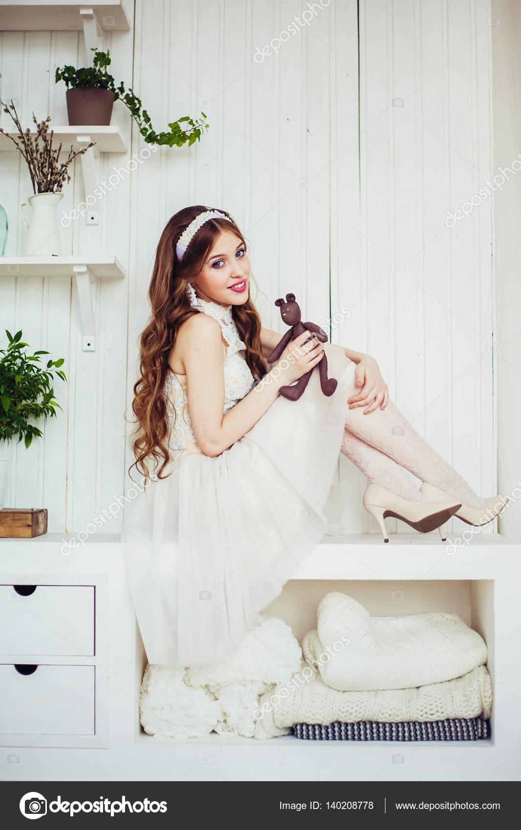 Modefoto von lächelnden Mädchen tragen Brautkleid — Stockfoto ...