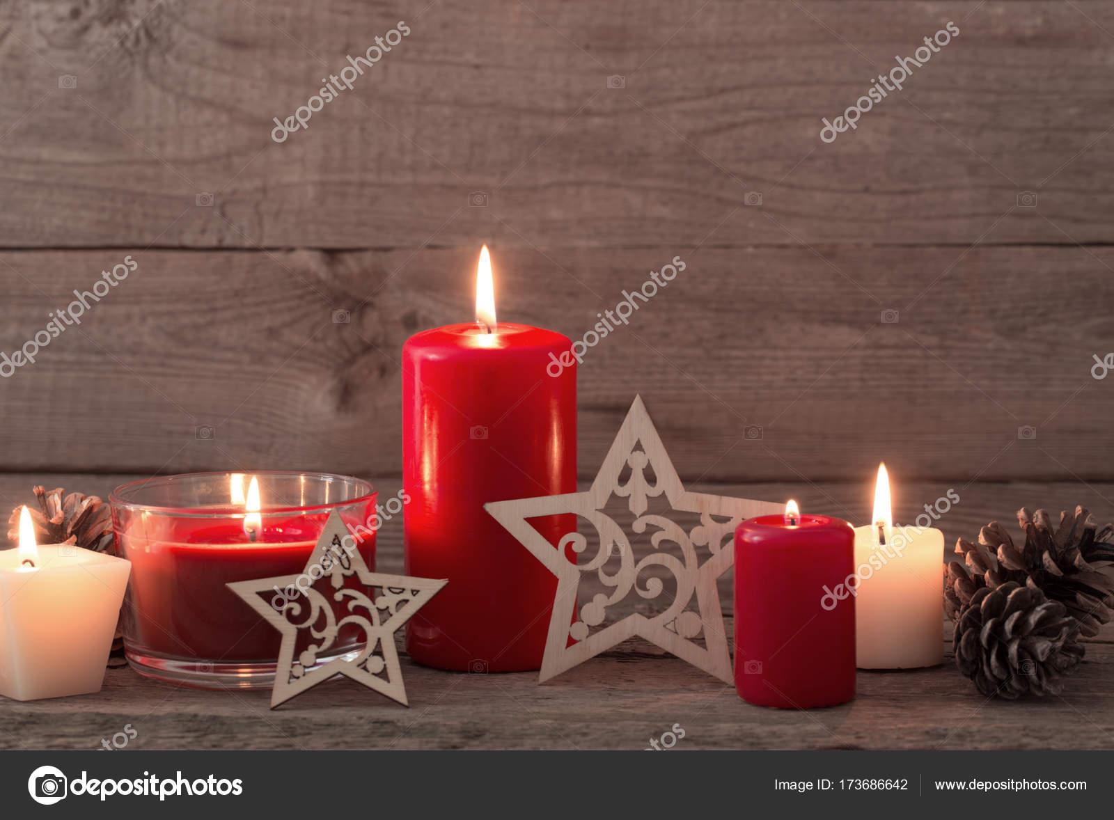 Decorare Candele Di Natale : Decorazione di natale con le candele rosse su fondo di legno