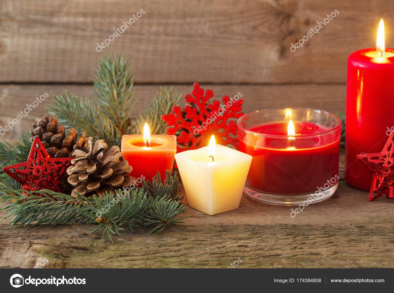 Kerstdecoraties Met Rood : Kerstdecoratie met rode kaarsen op houten achtergrond u stockfoto
