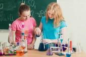 Fotografia due ragazze che fanno esperimenti chimici