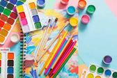 Fotografie barvy, tužky a štětce na papíře