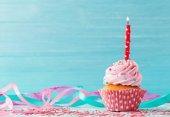 Fotografia torta di compleanno su priorità bassa di legno blu