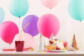 Oslava narozenin s dort a barevné balónky