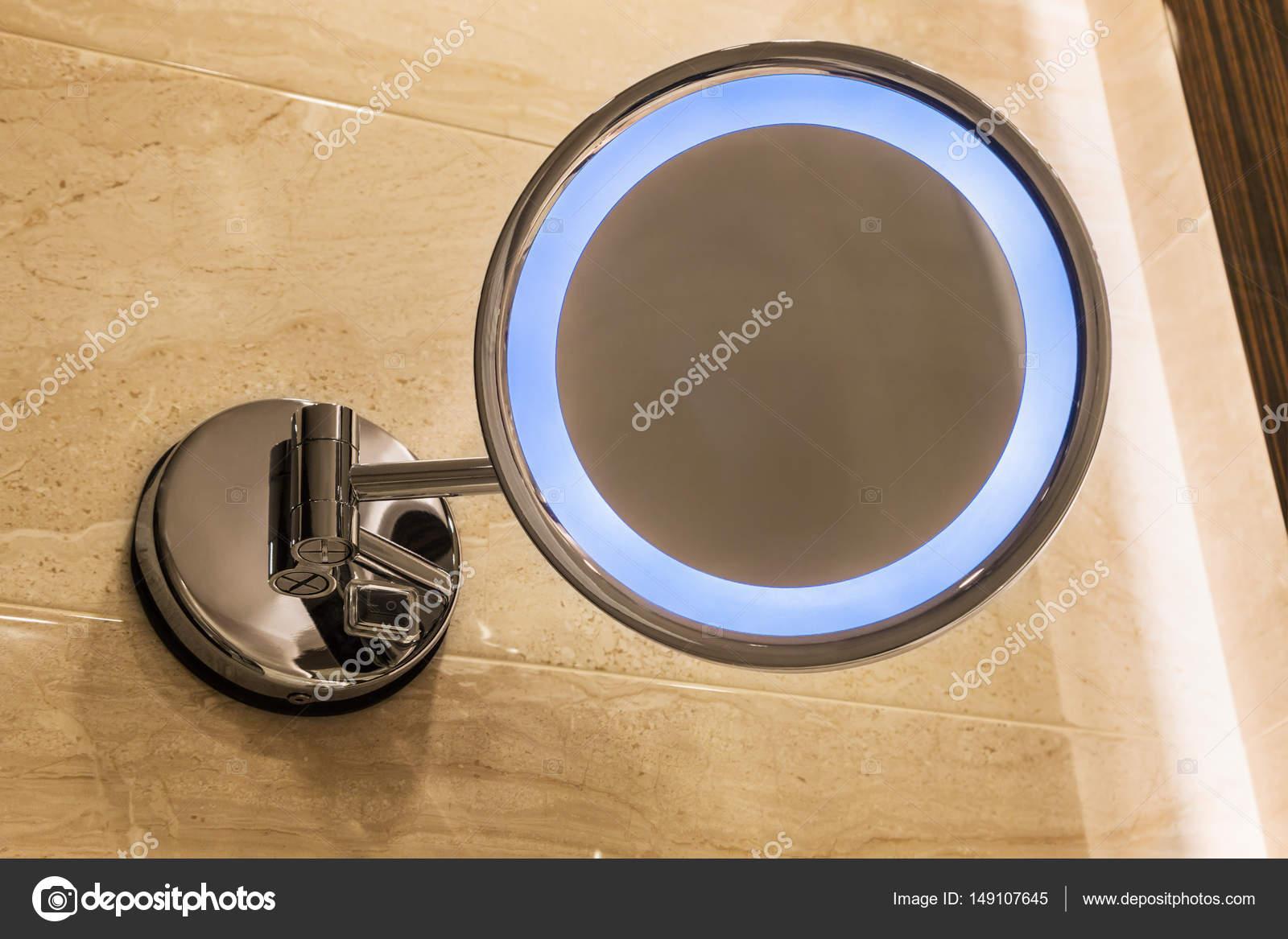 Specchio con illuminazione sul muro del bagno u foto stock