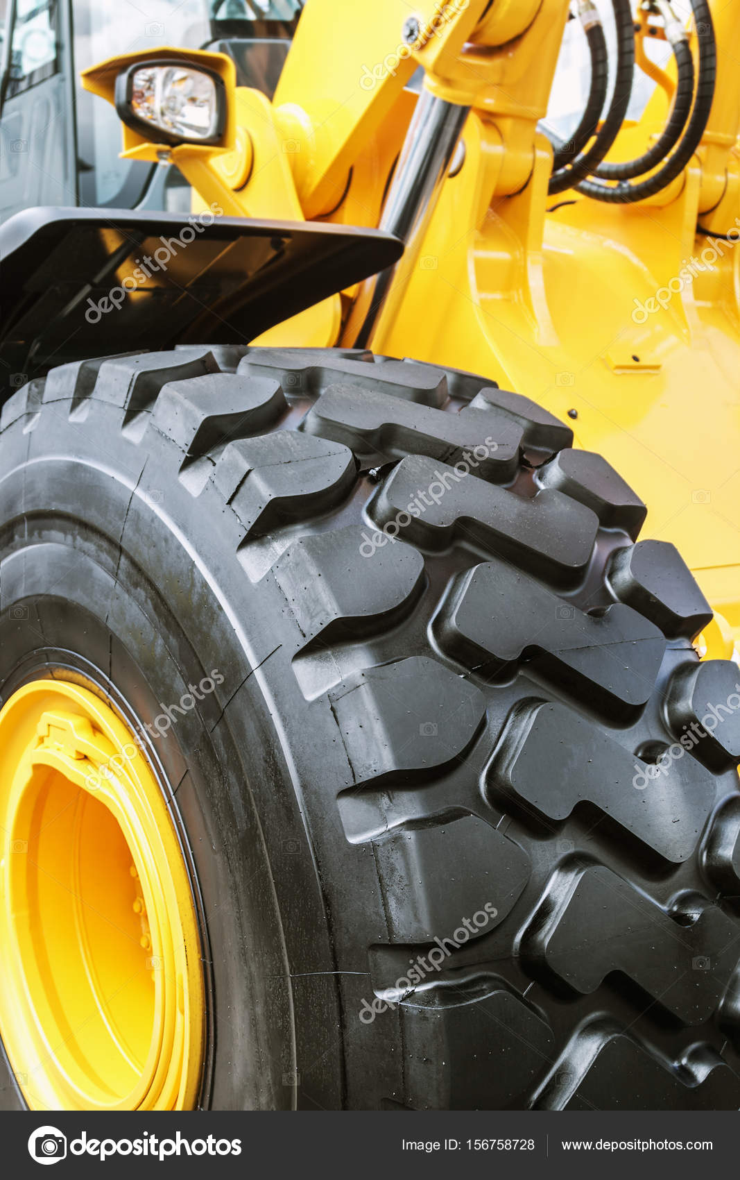 LKW-Räder und Fahrwerk des Traktors — Stockfoto © doroshin #156758728