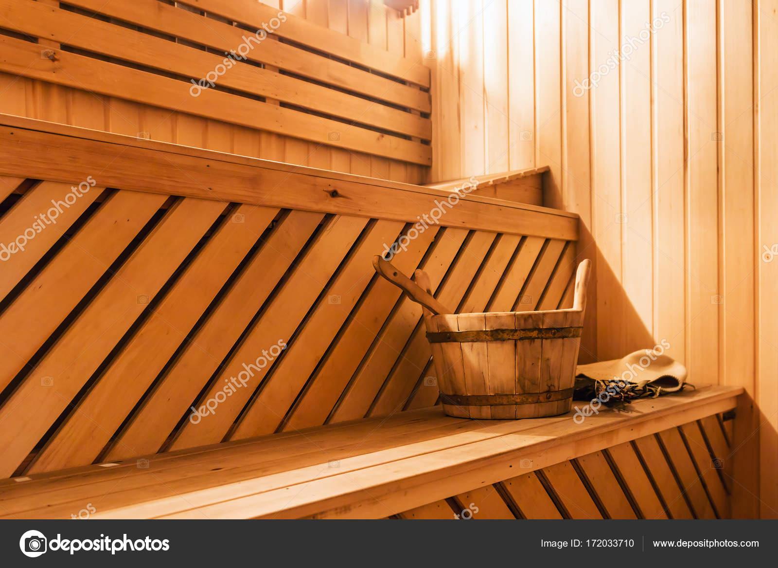 Cabina De Sauna De Madera Con Accesorios De Sauna Foto De Stock - Cabina-sauna