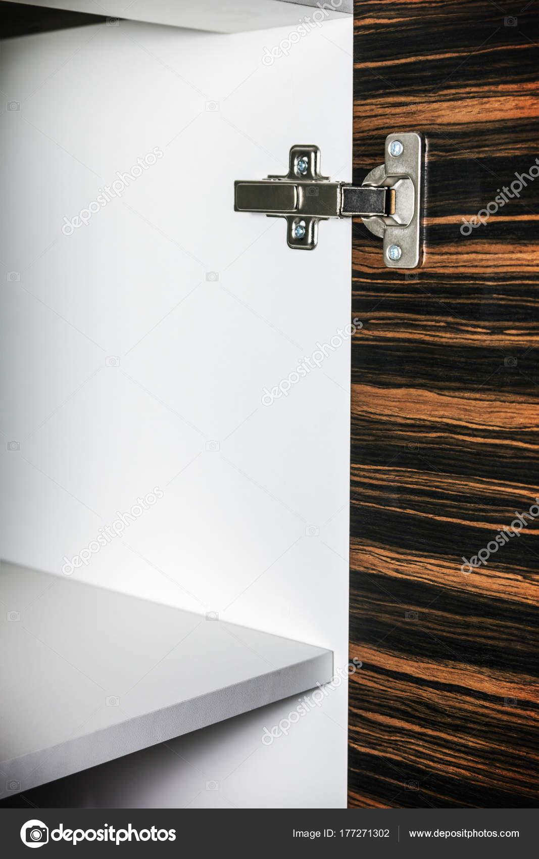 küchenschrank mit spanplatten regale bei geöffneter tür — stockfoto