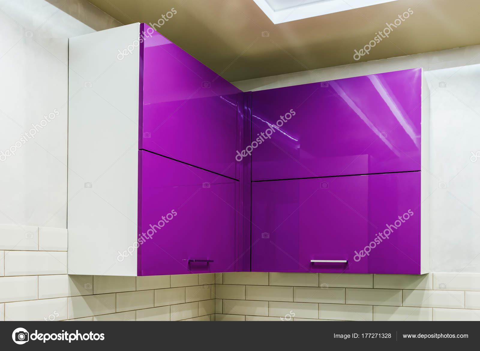 Gabinete de cocina con el conglomerado estantes con puertas cerradas ...