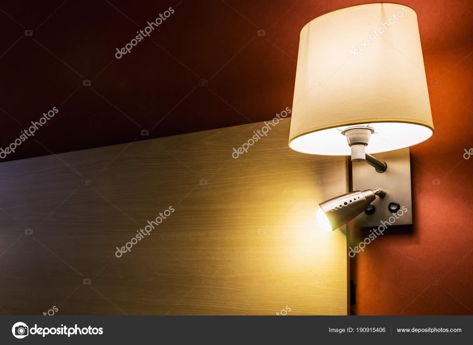 Lampade da muro sopra il letto in camera o camera dalbergo u2014 foto