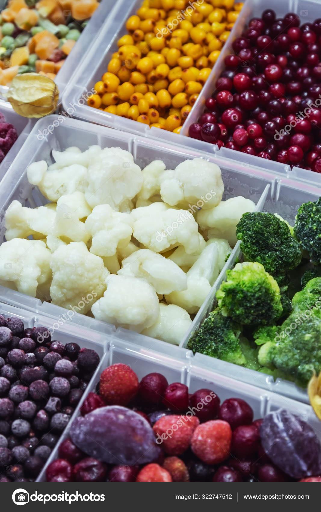Замороженные овощи, фрукты и ягоды в магазине — Стоковое ...