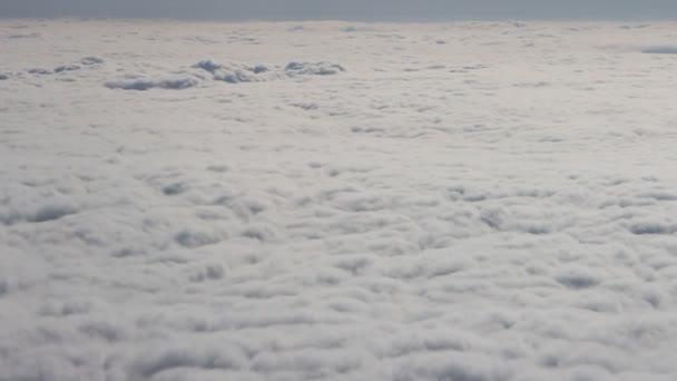 Mraky jako hory projít pod křídlem letadla