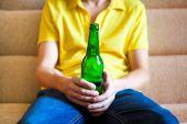 Fotografie Person mit einem Bier