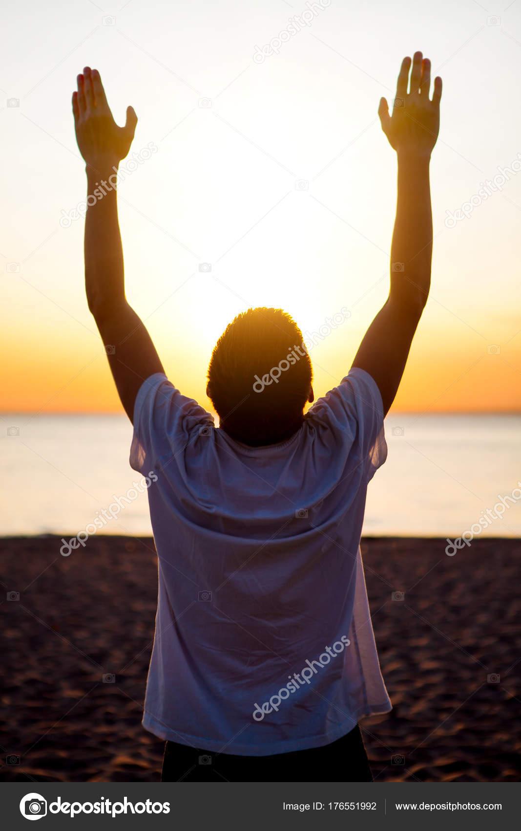 Fabuloso Pessoa orando ao ar livre — Stock Photo © sabphoto #176551992 OJ21