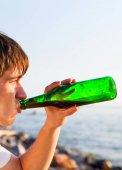 Fotografie Junger Mann trinken ein Bier