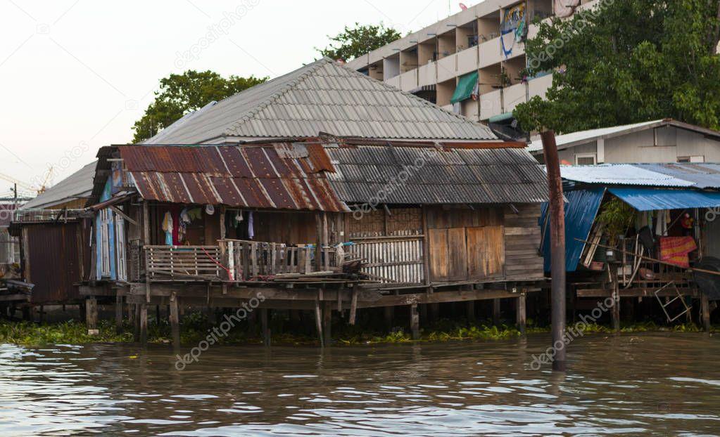 古い小屋のあばら家の家がウォーター フロントに水で竹馬に乗って立ってください。貧しい人々 の家。タイ バンコク — ストック画像