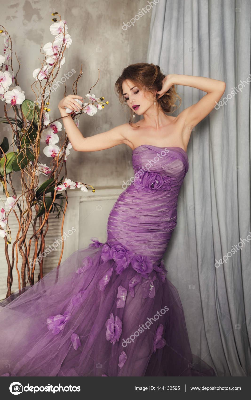 Con De Orquídea— Lila En Mujer Un Stock Vestido La Fotos Flor H9YEDIW2