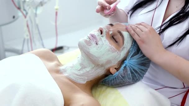 žena s clay obličejové masky v krása spa