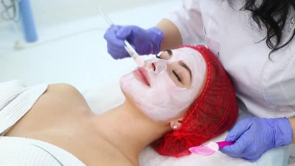 nő, agyag arcpakolás a beauty spa.