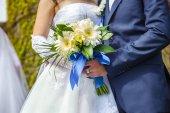 Ženich a nevěsta s svatební kytice