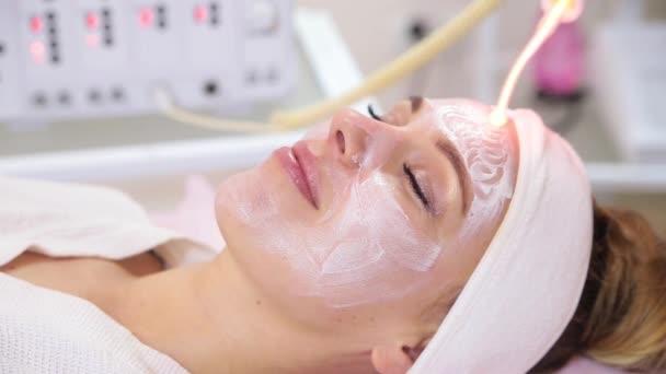 Empfangen elektrische darsonval Gesichtsmassage Verfahren.