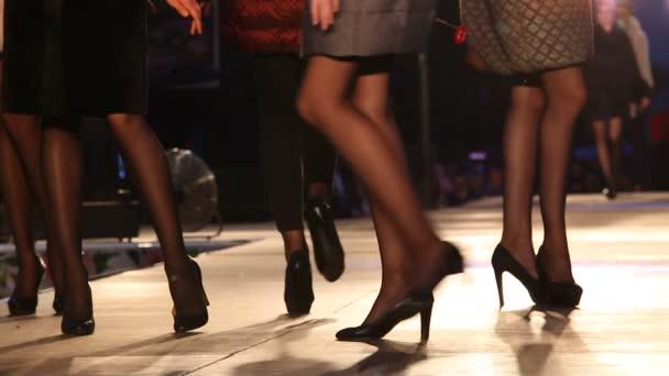 Krásné nohy modely na pódiu